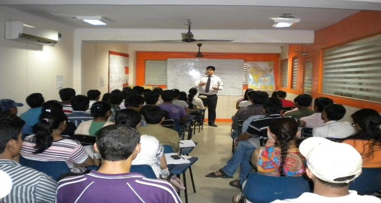 Trainer coaching IAS Aspirants at a IAS Coaching Centre in Chennai